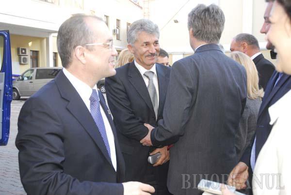 """Premierul Emil Boc a sosit la Oradea înconjurat de """"armată"""". Udrea, cu decolteul la vedere!"""