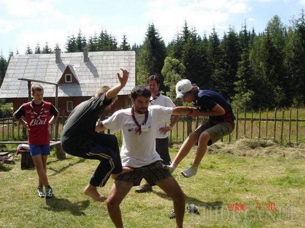 Mici, dar buni: Tânărul Bogdan Pater îi învaţă pe micuţii orădeni legea cercetăşiei