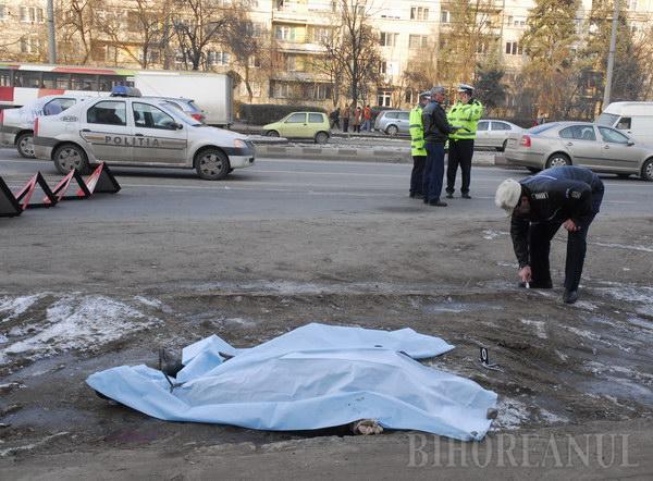 O femeie a murit, după ce un camion a trecut peste ea (FOTO)