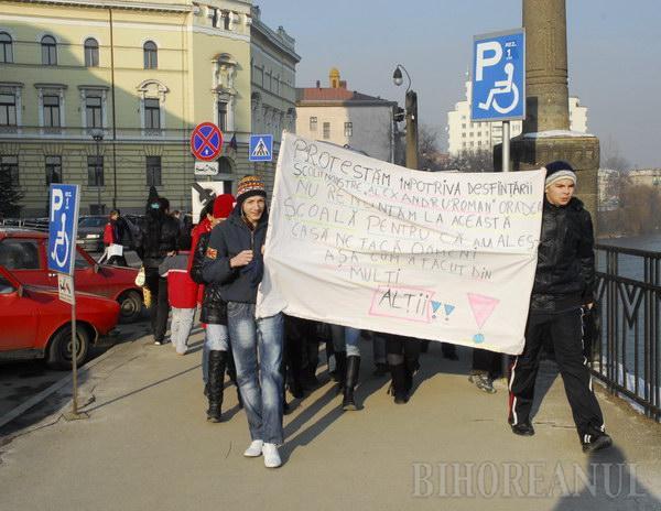 Elevii de la Alexandru Roman au protestat pentru că nu vor comasare