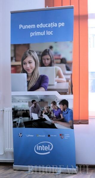 Moşul le-a adus elevilor economişti aparatură HP de ultimă generaţie