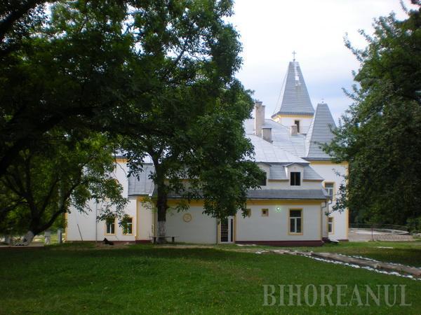 Castelul şi schitul din Poiana Florilor devin proprietatea Mănăstirii Sfintei Cruci