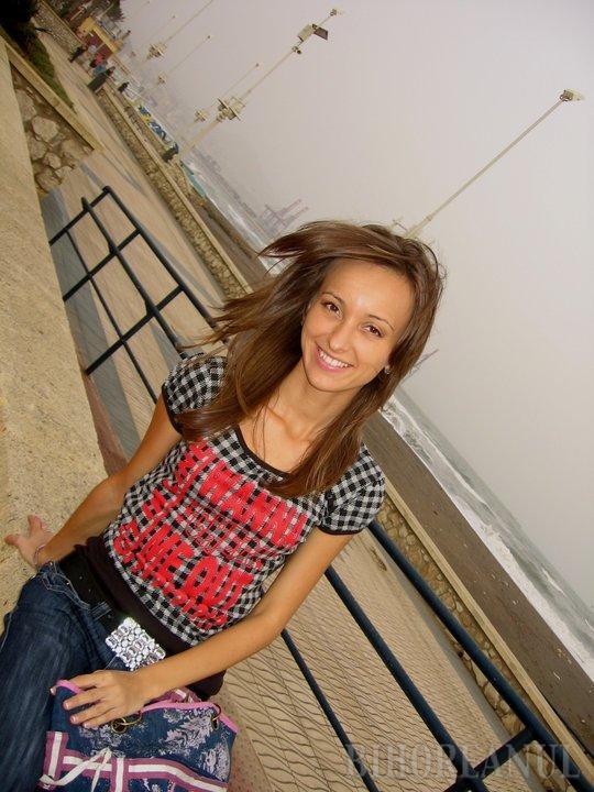 Tânăra care a murit în accidentul de pe Meşteşugarilor va fi înmormântată marţi. Geamăna ei e tot în comă, iar şoferul criminal s-a oferit să îi ajute pe părinţi