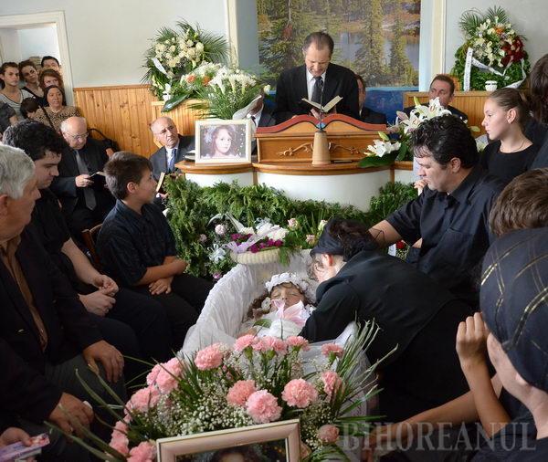 Micuţa Elisabeth a fost înmormântată în prezenţa a aproximativ 1.000 de oameni, cu cântece bisericeşti şi fanfară
