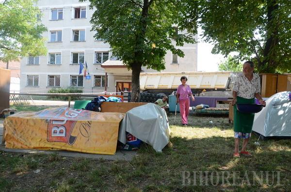 Şatra: Evacuaţi de primărie, 11 oameni şi-au instalat tabăra sub cerul liber