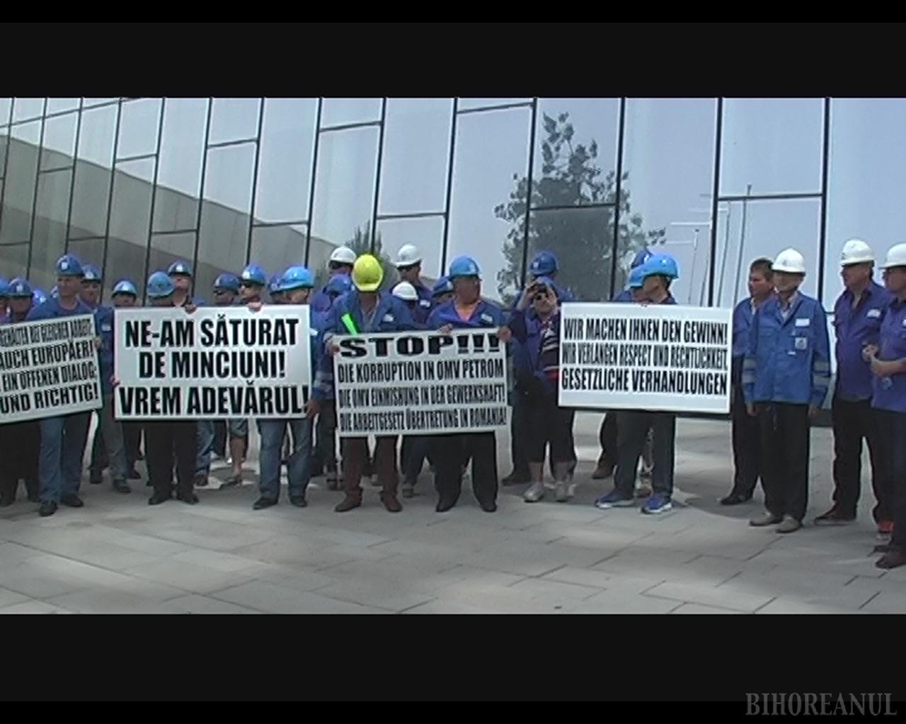 Sindicaliştii bihoreni au protestat la sediul OMV din Viena