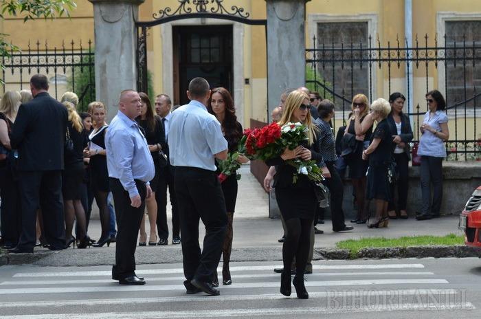 """Ceremonie sobră: Patronul Lotus Center a fost """"înmormântat"""" cu discreţie"""
