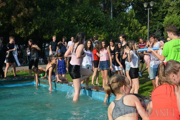 Marea bălăceală: O bătaie cu apă s-a lăsat cu scaldă în fântâna arteziană din Parcul 1 Decembrie