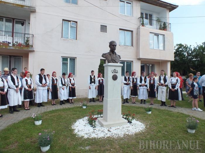 Vadu lui Carol al II-lea: La 85 de ani după ce a aterizat forţat aici, regele are un bust în Vadu Crişului