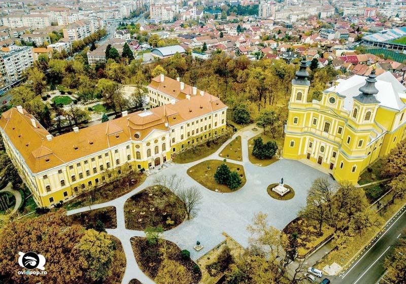 """VERDE """"RECUPERAT"""". Scuarul din faţa Palatului Baroc a dispărut, urmând să fie înlocuit cu o piaţetă. Pentru ca parcul să nu-şi reducă suprafaţa verde, spaţiul a fost recuperat prin îngustarea aleilor din grădină (foto: Ovi D. Pop)"""