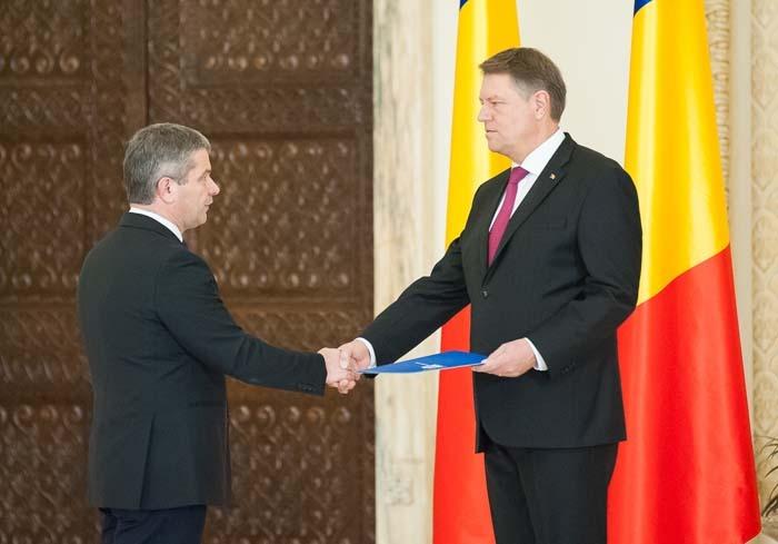 PE REPEDE ÎNAINTE. Miercurea trecută, într-o singură zi, noul Guvern a intrat în pâine: a fost audiat în comisii, a primit votul de învestitură în Parlament şi decretul semnat de preşedintele Klaus Iohannis (dreapta), a depus jurământul şi a şi ţinut prima şedinţă. Conform programului de guvernare al PSD, noul ministru Florian Bodog (stânga) are misiunea să construiască 8 spitale regionale şi unul republican, să reabiliteze 15 spitale judeţene şi cel puţin 150 de ambulatorii, să asigure un medicament gratuit pentru fiecare pacient, să crească cu 100% salariile asistenţilor, să aducă lefurile brute ale medicilor între 1.250 şi 3.600 euro, dar şi să doteze fiecare comună din România cu o ambulanţă...