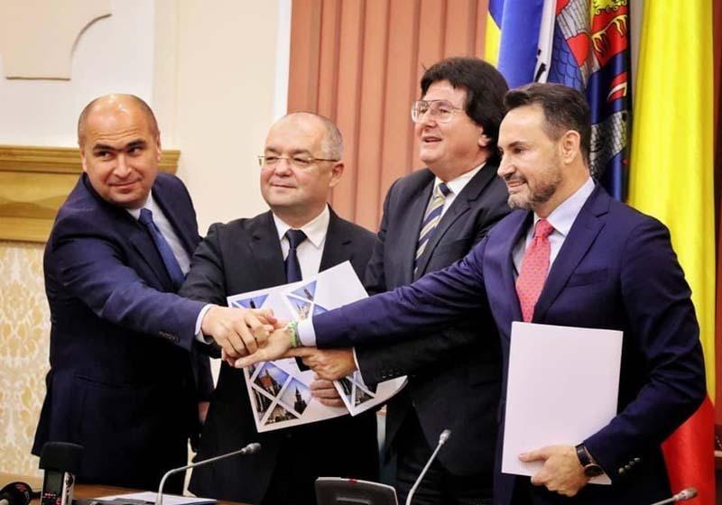"""ROMÂNIA SPRE VEST. Alianţa promovată de primarii Ilie Bolojan, Emil Boc, Nicolae Robu şi Gheorghe Falcă (de la stânga la dreapta) vizează dezvoltarea economică a zonei de vest a României prin atragerea de investitori şi de fonduri europene, astfel încât românii să nu mai fie tentaţi să îşi caute de lucru dincolo de graniţe. """"Printr-o conectare mai bună între cele patru oraşe am putea constitui un baraj în calea emigrării românilor în Europa, iar dezvoltarea şi investiţiile din oraşele noastre ar putea fi un factor de atracţie pentru cei care caută un viitor mai bun"""", spune edilul Oradiei (sursa foto: realitateadeoradea.net)"""