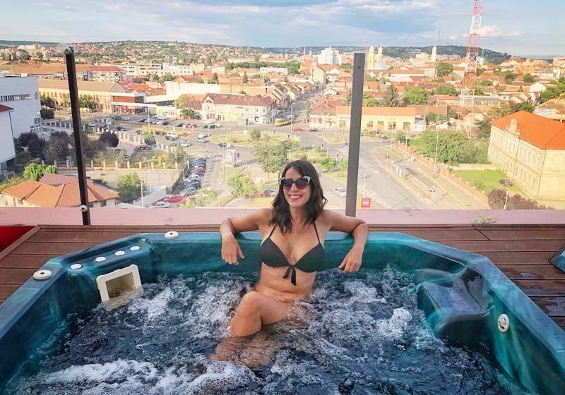 VENIŢI LA ORADEA! Portugheza Luli Monteleone şi-a ademenit fanii spre Oradea inclusiv cu o fotografie făcută în jacuzzi-ul aflat pe acoperişul hotelului Ramada, de unde turiştii pot admira oraşul, relaxându-se...