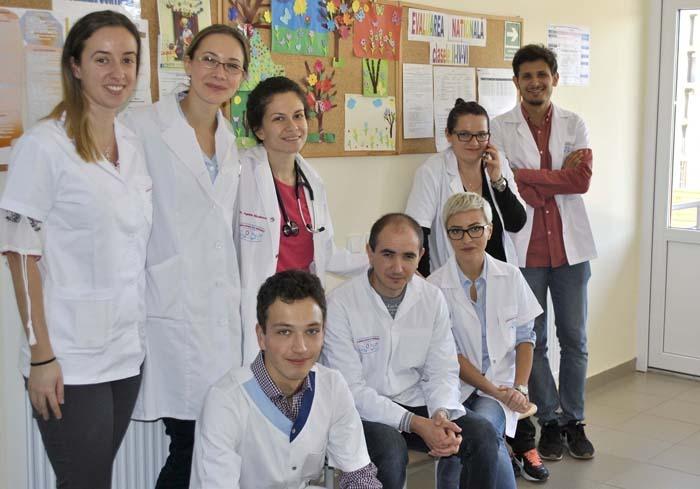 OAMENI BUNI. La iniţiativa dr. Răzvan Tirpe (ultimul din dreapta), un grup de medici şi studenţi medicinişti s-au deplasat la finalul lunii trecute într-un sat la 60 km de Cluj, unde au dat gratuit consultaţii pentru 50 de femei