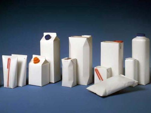 DIFERITE... DAR LA FEL. Făcute din carton şi plastic, tetra pak-urile sunt deşeuri numai bune de reciclat. La fel ca PET-urile, însă, ele trebuie zdrobite înainte de a fi aruncate în recipientele de colectare selectivă