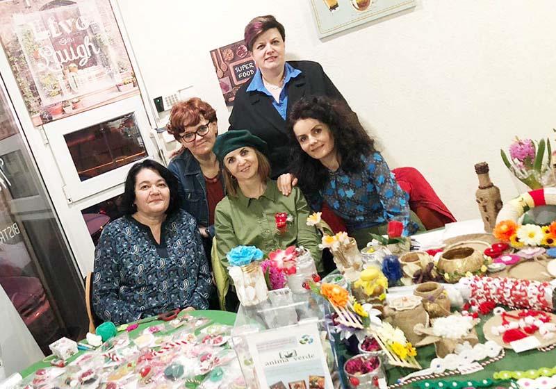 RECICLAŢI, NU CUMPĂRAŢI! Recent înfiinţată de Alina Hoza (dreapta sus) şi Ana Magda (dreapta jos), asociaţia Anima Verde are ca scop promovarea reciclării. Deloc întâmplător, una dintre primele acţiuni organizate de acest ONG a fost un târg de mărţişoare confecţionate de prietene de-ale lor exclusiv din materiale reciclate