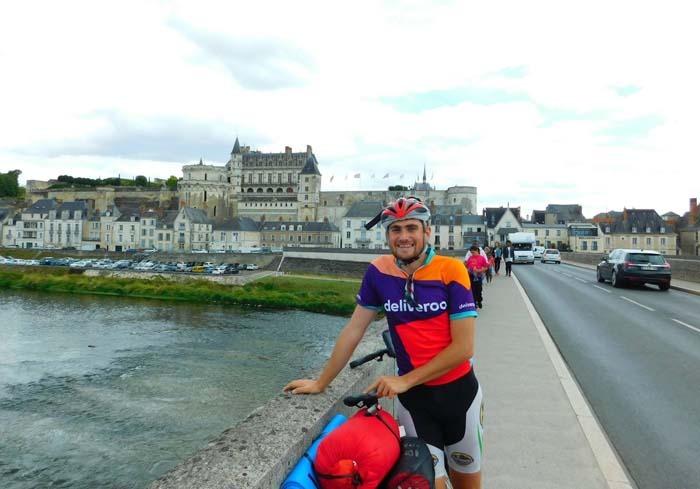 Biciclist pentru zâmbete: Orădeanul Dan Ghiţă vine acasă de la Londra pedalând 3.400 de kilometri în scop caritabil