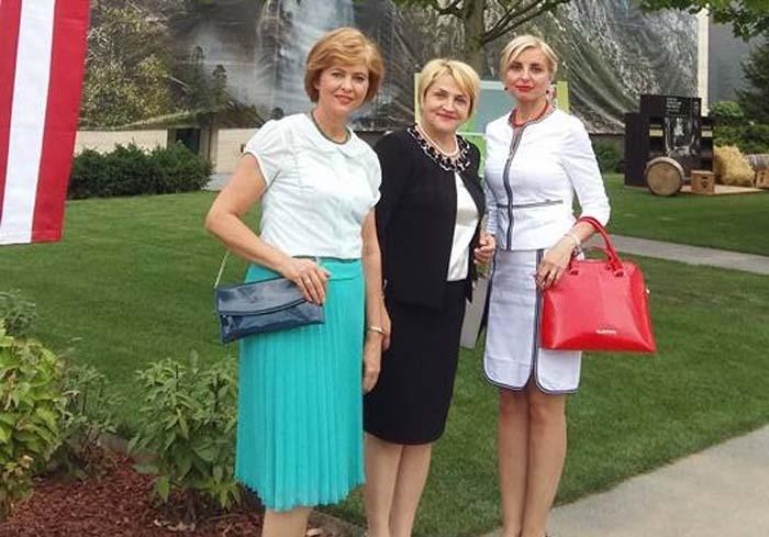 """RECIDIVISTA. Preşedinta Tribunalului Bihor, Carmen Domocoş (dreapta), nu e prinsă prima oară de BIHOREANUL că lipseşte de la Facultatea de Drept. Anul trecut, pe 1 iulie, într-o zi de vineri, a absentat de la un examen preferând ca a doua zi să fie prezentă la petrecerea Ambasadei SUA din Bucureşti ocazionată de ziua Americii. A fost dată de gol de o poză postată pe Facebook de deputata Florica Cherecheş. """"Evenimentul a avut loc într-o zi de sâmbătă, eram în timpul liber"""", spune judecătoarea, încă supărată pentru dezvăluire. Altfel spus, nu-i vina ei că Oradea e aşa departe de Capitală, trebuind să pornească de acasă cu o zi mai devreme..."""