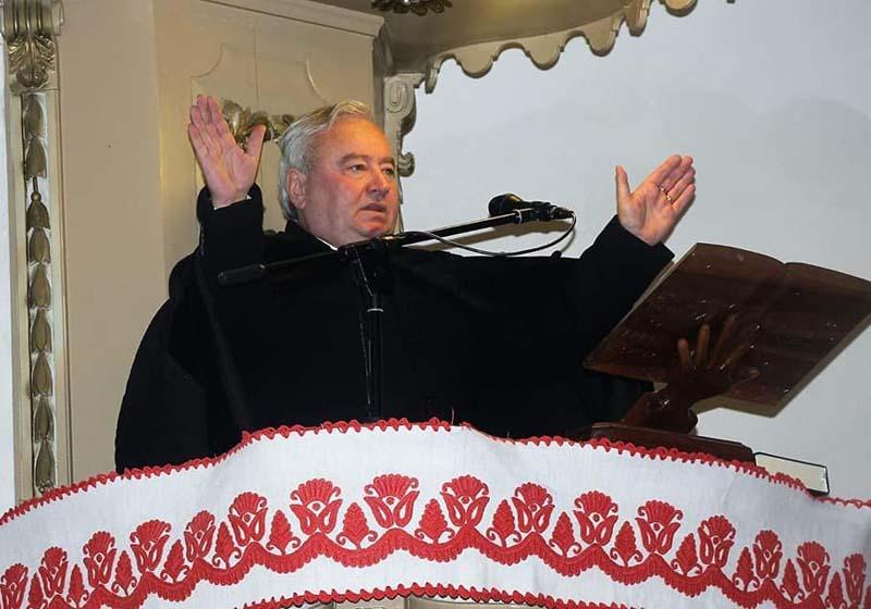 """DIN SCANDAL ÎN SCANDAL! Ales episcop în 2009, succesor al lui Tőkés László, Csűry István (foto) nu e la primul scandal. În 2016, a fost acuzat chiar de fostul episcop că a colaborat cu Securitatea, turnându-şi colegii preoţi sub numele conspirativ """"Kiss"""" şi """"Roşescu"""". Csűry a prezentat, în replică, o adeverinţă eliberată de CNSAS, care arăta că """"nu există date sau documente care să ateste calitatea de lucrător sau colaborator"""" în ce-l priveşte. Acum, episcopul a intrat într-o nouă belea, tot din pricina unor """"mesaje"""", de astă dată pornite din inima zburdalnică"""