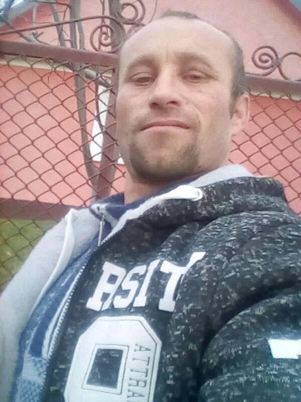 """MACHO PE FACEBOOK. Augustin Costel Varga (foto) se etalează pe Facebook ca un veritabil """"macho-man"""", prezentându-se inclusiv """"sex columnist la Fabrica sufletului tău"""". În ciuda faptului că şi-a siluit fetiţa vitregă, magistraţii l-au condamnat cu blândeţe, ajungând după gratii numai pentru că a încălcat condiţiile eliberării condiţionate (foto: Facebook)"""