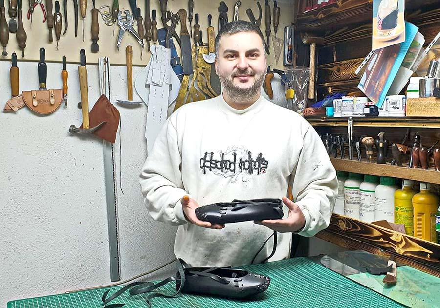 ÎNDEMÂNARE. Mircea lucrează într-un atelier din spatele casei, unde transformă pielea tăbăcită în încălțări, asemenea bunicului său, Florian Pavel, cunoscut în zona Aleșdului drept cel mai apreciat pantofar din vremea sa
