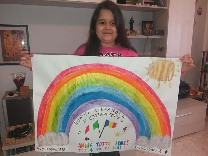 """ANDRÀ TUTTO BENE! Când numărul cazurilor din Italia se înmulţea, Ambasada României i-a invitat pe compatrioţii din peninsulă să-şi arate solidaritatea respectând regulile impuse de autorităţi, dar şi trimiţând mesaje de încurajare în cadrul unei campanii pe care a numit-o #SiamoConTe (Suntem alături de tine). Drept răspuns, a primit şi publicat numeroase desene realizate de copii de origine română, toate colorate, decorate cu steagurile celor două ţări şi, mai ales, imprimate cu mesajul """"andrà tutto bene"""", pe care l-au scris şi în română. Deci """"totul va fi bine""""..."""