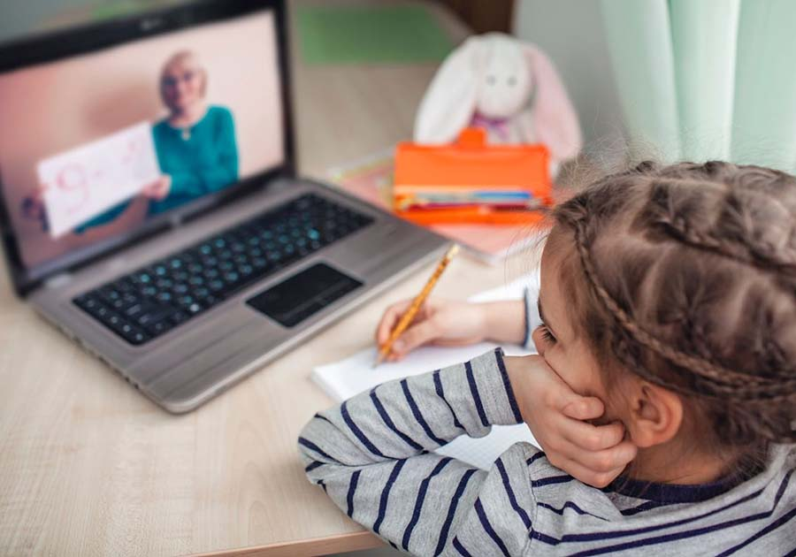 """GREU DE DEOSEBIT. Specialiştii consideră că elevilor le este dificil să se concentreze la lecţiile de la distanţă pentru că le e greu să facă distincţia între """"acasă"""" şi şcoală, până acum separate. """"Procesul de adaptare este determinat şi de autonomia copilului înainte de pandemie"""", spune psihologul Teodora Roşca. Ca să-i ajute, părinţii ar trebui să-i lase singuri în camere, cât timp participă la lecţii online"""