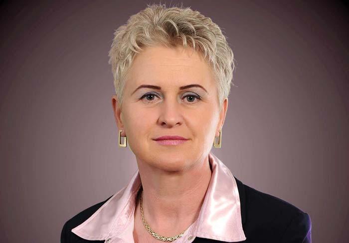 CANDIDATĂ ANCHETATĂ. În 2016, deşi era anchetată pentru corupţie, Porsztner Sarolta (foto) s-a vrut din nou la butoane, candidând ca independentă împotriva colegului său din UDMR Horváth Béla, însă fără succes. Asta nu înseamnă că partidul n-a avut grijă de ea: în 2012-2016 femeia a fost consiliera primarului UDMR al Marghitei, Pocsaly Zoltán, iar recent, mulţumită primarului Barcui Barna din Abrămuţ, a fost înfiptă la conducerea căminului de bătrâni din satul Petreu