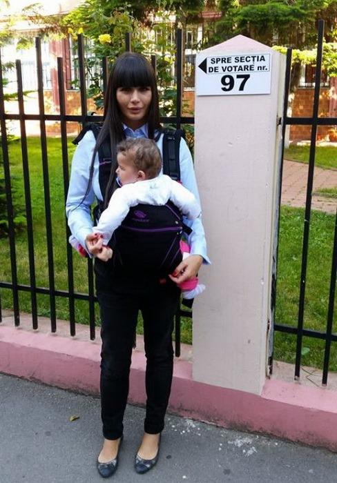 Elena Băsescu a votat cu fetiţa în braţe (FOTO)