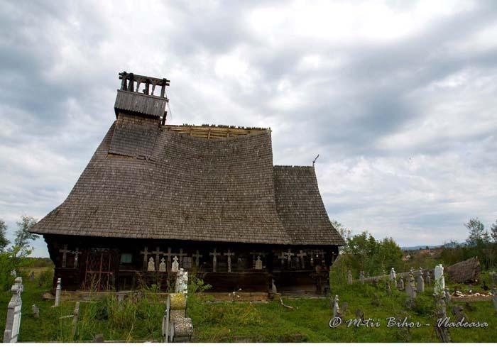 LA MILA DOMNULUI. Din cele cinci biserici de lemn stricate de furtuna care s-a abătut asupra Bihorului în septembrie, cea mai afectată e cea din Rieni (foto), turla acesteia fiind pur şi simplu luată pe sus de vânt. Până când autorităţile termină de scris avizele pentru reparaţii, biserica ar putea ajunge o ruină...