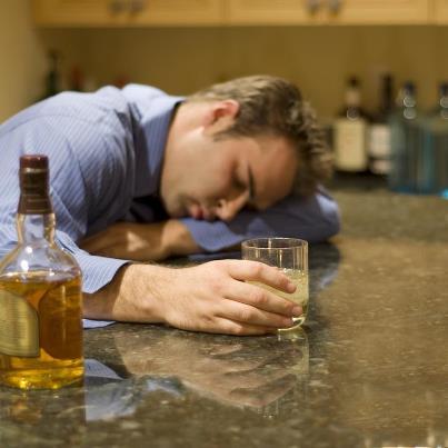 Studiu: Ce speră bărbaţii când beau alcool şi ce părere au femeile