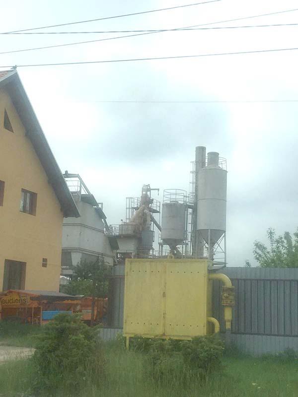 Luptă pentru aer: Salontanii cer închiderea staţiei de betoane a afaceristului Dorel Ungur din buricul târgului