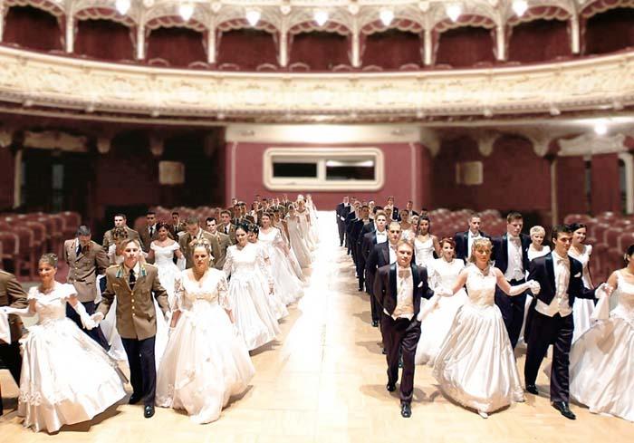 """BALUL """"BOBOCILOR"""". Pe 12 februarie, Sala Mare a Teatrului Regina Maria va deveni sală de bal, unde vor răsuna arii din opere, valsuri şi polci la aşa-numitul Bal al Debutanţilor. Mai multe perechi de tineri orădeni vor dansa alături de balerini profesionişti, anunţându-şi, ca pe vremuri, intrarea în societate"""