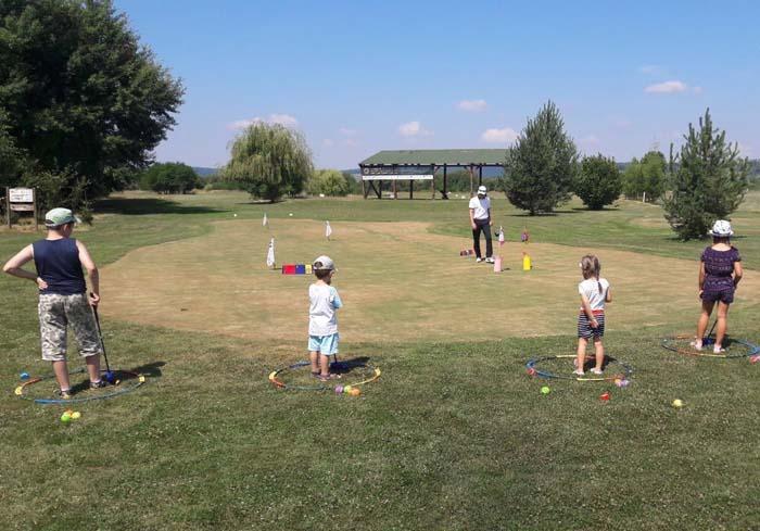 PENDULAŢI! La clubul de golf din Ineu copiii primesc lecţii despre sportul bazat pe un swing bun, adică lovitura specifică a acestui sport, astfel denumită datorită mişcării de pendulare a crosei