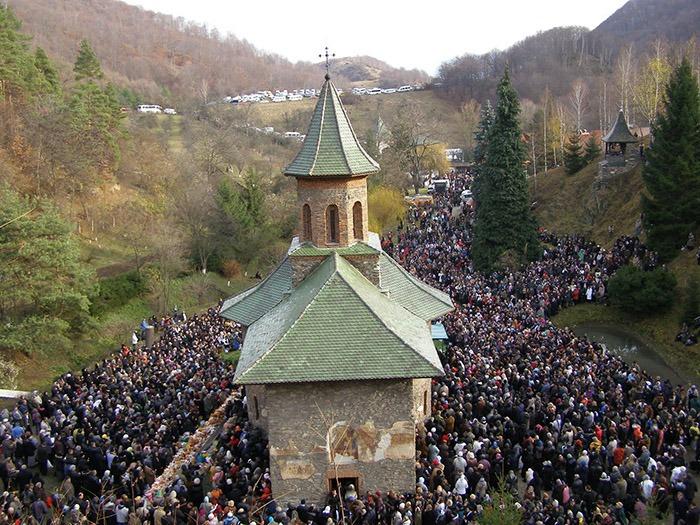 RECULEGERE. Mănăstirea Prislop din judeţul Hunedoara este una dintre destinaţiile preferate ale pelerinilor bihoreni, care merg să se reculeagă la mormântul părintelui Arsenie Boca, persecutat de comunişti şi considerat sfânt de mulţi credincioşi ortodocşi