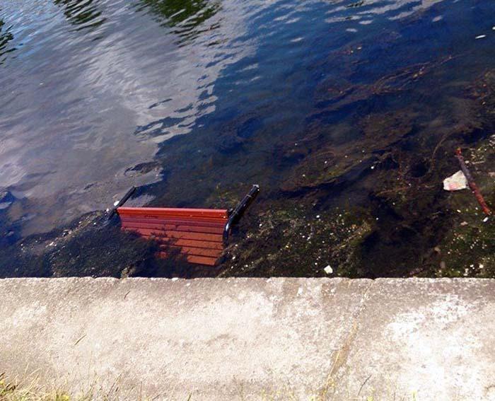 Bancă la apă: Vandalii din Velenţa au dat atac la o bancă