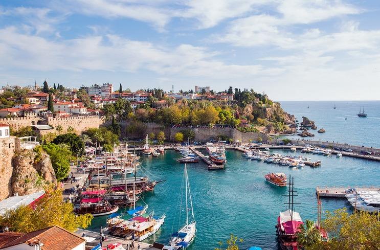 Există interes! Zborurile Oradea - Antalya, operate de Blue Air, au fost devansate cu o săptămână