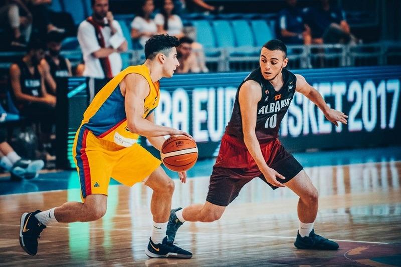 Sebastian Ionescu (stânga), jucătorul CSM CSU Oradea, în echipa naţională U20 a României