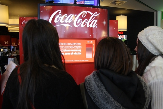 Orădenii au colindat automatul Coca-Cola şi au ajutat copiii orfani (VIDEO)