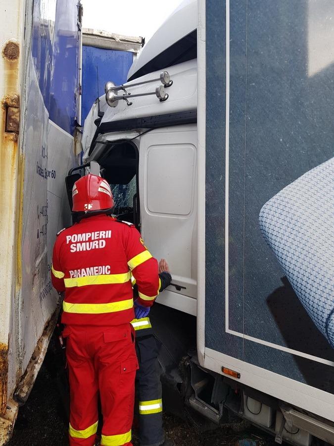 Accident în Oradea: Doi şoferi, dintre care unul a trebuit descarcerat, au ajuns la spital. Amândoi au fost de vină pentru impact (FOTO)