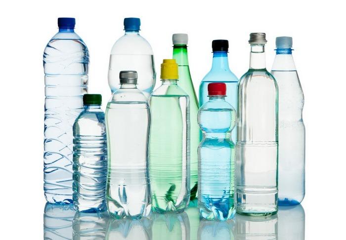Ştii ce bei? Peste 11.000 de litri de apă minerală, opriţi de la vânzare de comisarii pentru Protecţia Consumatorilor