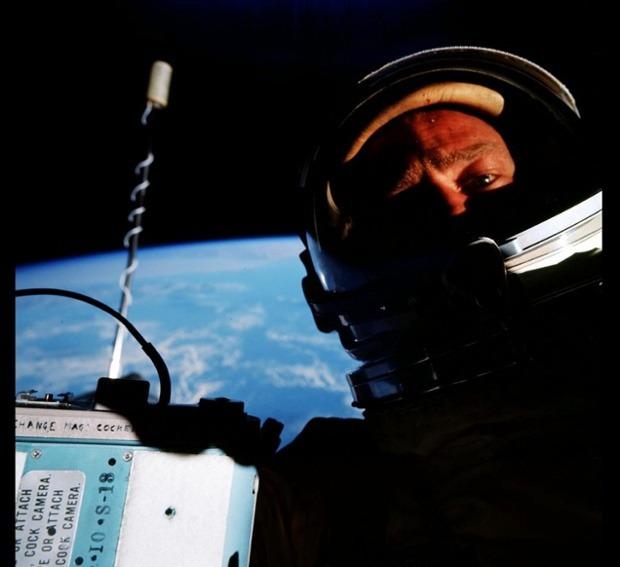 """Buzz Aldrin a realizat în 1966 primul """"selfie spaţial"""""""