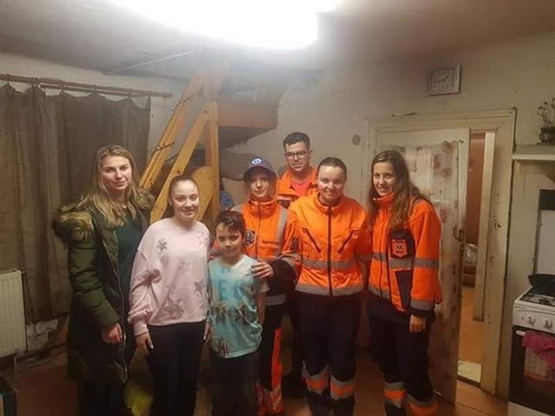 Un altfel de ajutor: Voluntarii de la Ambulanţă s-au transformat în Moş Crăciun pentru 10 familii nevoiaşe din Oradea (FOTO)