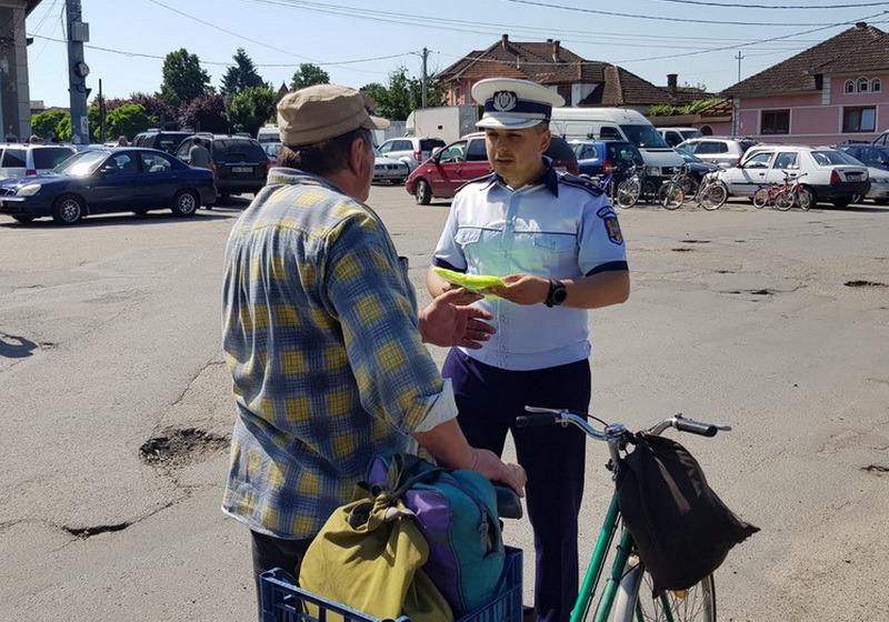 Polițiștii din Bihor împart veste şi sfaturi pentru biciclişti. Care sunt principalele reguli pentru a circula pe două roţi (FOTO)