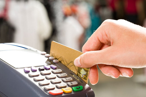 """Au vrut să """"subţieze"""" cu 80.000 lei contul unei firme din Oradea cu un card clonat"""