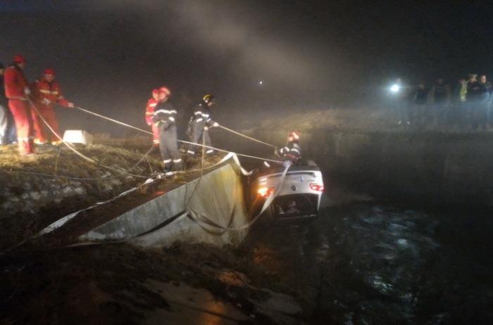 Bărbatul răsturnat cu maşina într-un canal de lângă Aleşd, de negăsit (FOTO)