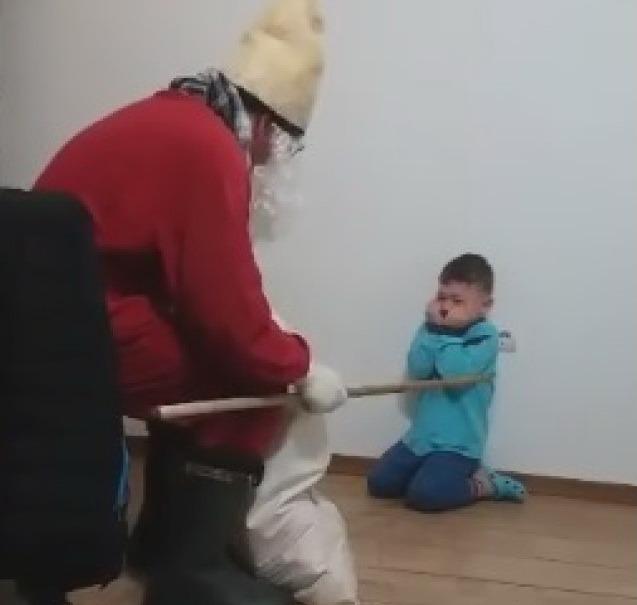 Imagini revoltătoare. Copil umilit de iubitul mamei sale, deghizat în Moş Nicolae (VIDEO)