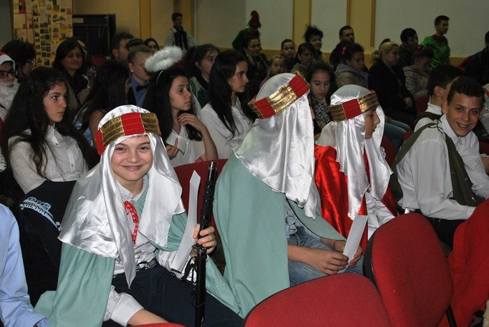 De sărbători, împreună! Peste 150 de elevi de la mai multe şcoli din judeţ au colindat într-un spectacol la Liceul Greco-Catolic (FOTO)