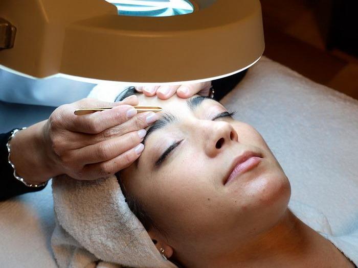 Cosmeticienele Oradiei ar putea să înveţe meserie la Universitatea din Oradea. Cursul de Cosmetică este unul din cursurile propuse pentru nou-înfiinţatul Colegiu Postliceal al Universităţii