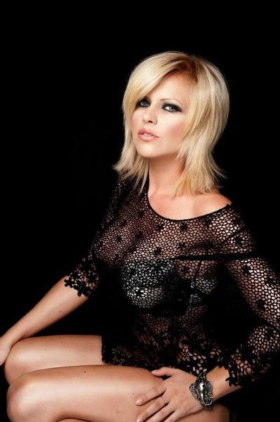O româncă e sosia oficială a lui Charlize Theron. Seamănă? (FOTO)